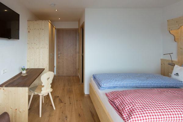 Doppelzimmer mit Echtholzfussboden